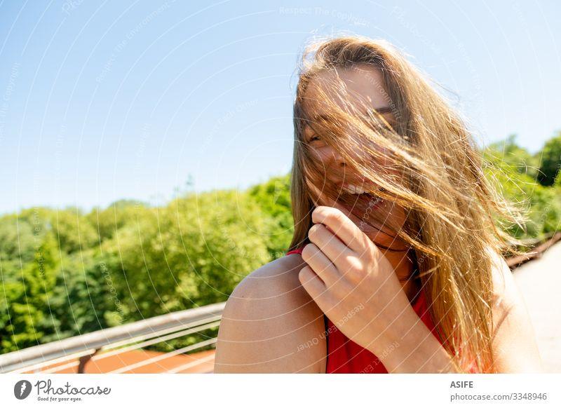 Porträt einer lustigen jungen Frau, die die Sonne in einem Park genießt Lifestyle Freude Glück schön Gesicht Erholung Freizeit & Hobby Sommer Erwachsene