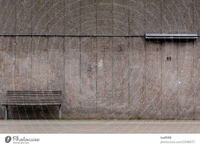 urban still life schlechtes Wetter Platz Mauer Wand Wege & Pfade Bank Lampe Neonlampe Stahlkabel Beton Holz Graffiti alt einfach kalt nackt trist Stadt grau
