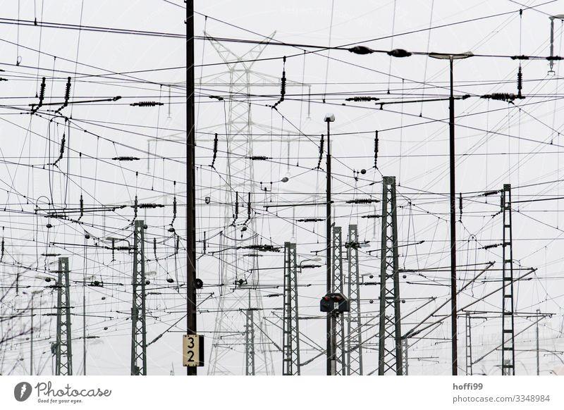 Versorgungswirrwarr Energiewirtschaft Industrie Strommast Leitung Elektrizität Elektronik Bahn Oberleitung schlechtes Wetter Nebel Industrieanlage Bahnhof Hafen