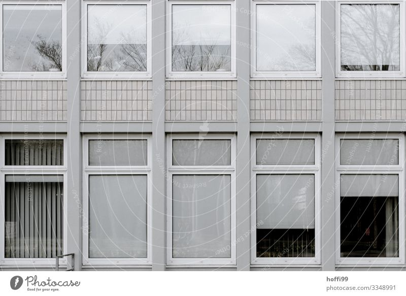 urban tristesse schlechtes Wetter Gebäude Mauer Wand Fassade Fenster Jalousie Rollo alt ästhetisch dunkel hässlich kalt modern retro Klischee Stadt grau