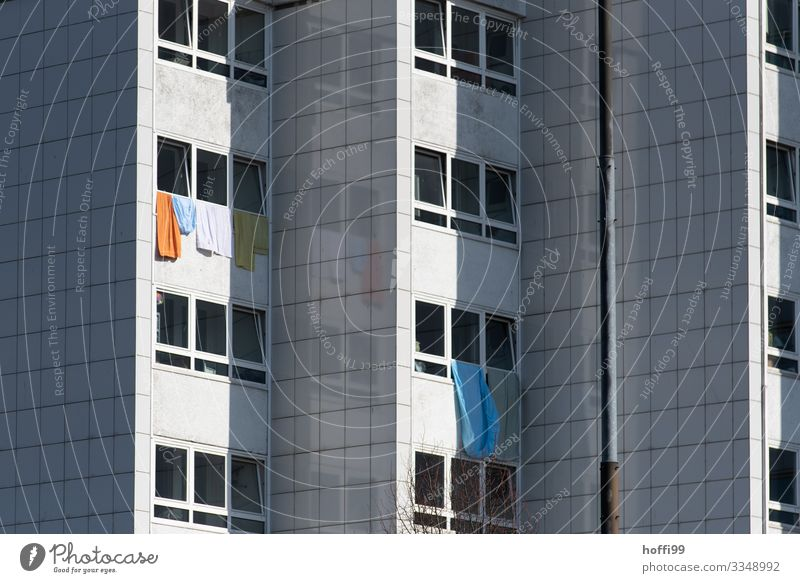 Waschtag Hochhaus Mauer Wand Fassade Fenster Handtuch Bettlaken Decke Armut dreckig dunkel Ferne groß hässlich kalt modern trist trocken Stadt Enttäuschung