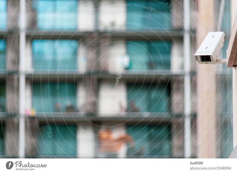 unter Beobachtung Videokamera Überwachungskamera Informationstechnologie Hochhaus Fassade Balkon Fenster Dachrinne Überwachungsgerät bedrohlich Neugier Stadt