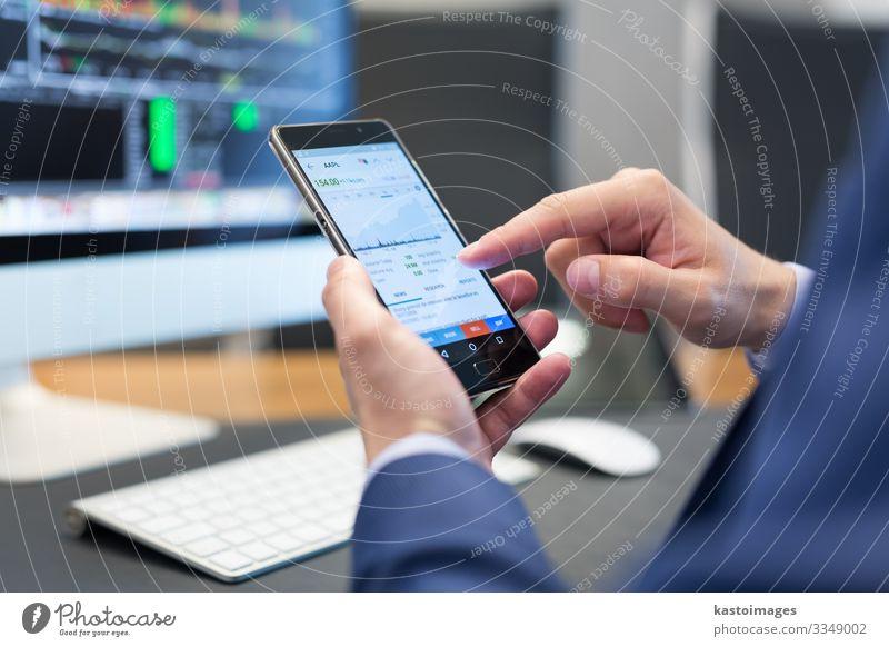 Nahaufnahme eines Geschäftsmannes mit einem mobilen Smartphone. lesen Dekoration & Verzierung Arbeit & Erwerbstätigkeit Business Telefon Handy PDA Computer