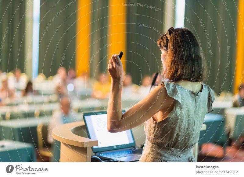 Redner auf der Wirtschaftskonferenz und Präsentation. Publikum Erwachsenenbildung Lehrer Studium Hörsaal Business Sitzung Computer Notebook Bildschirm Frau