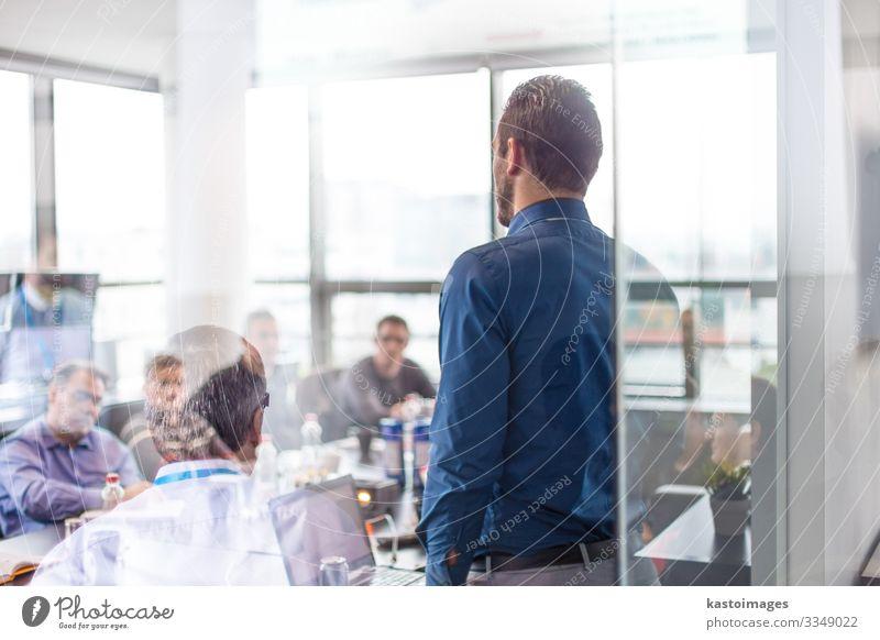 Geschäftspräsentation auf einer Firmenveranstaltung. Tisch Erfolg Erwachsenenbildung Arbeitsplatz Büro Business Unternehmen Sitzung sprechen Mensch Mann Partner