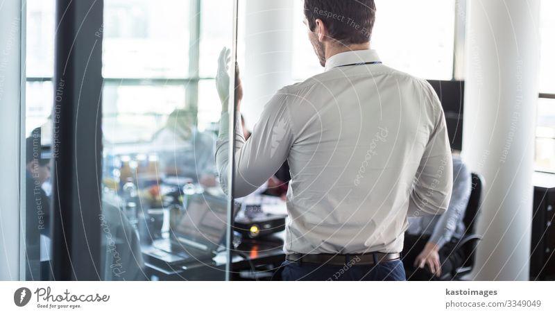 Geschäftsmann macht eine Präsentation im Büro. Geschäftsmann, der seinen Kollegen während einer Besprechung oder eines internen Geschäftstrainings eine Präsentation hält und seinen Mitarbeitern Geschäftspläne erläutert.