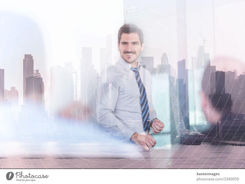 Zuversichtlicher Unternehmensleiter bei Geschäftsbesprechung. Erfolg Arbeit & Erwerbstätigkeit Büro Wirtschaft Kapitalwirtschaft Business Sitzung Mensch