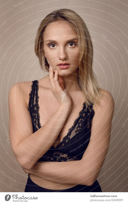 Attraktive junge blonde Frau in Spitzenunterwäsche schön Gesicht Erwachsene 1 Mensch 18-30 Jahre Jugendliche Unterwäsche dünn attraktiv betörend modisch