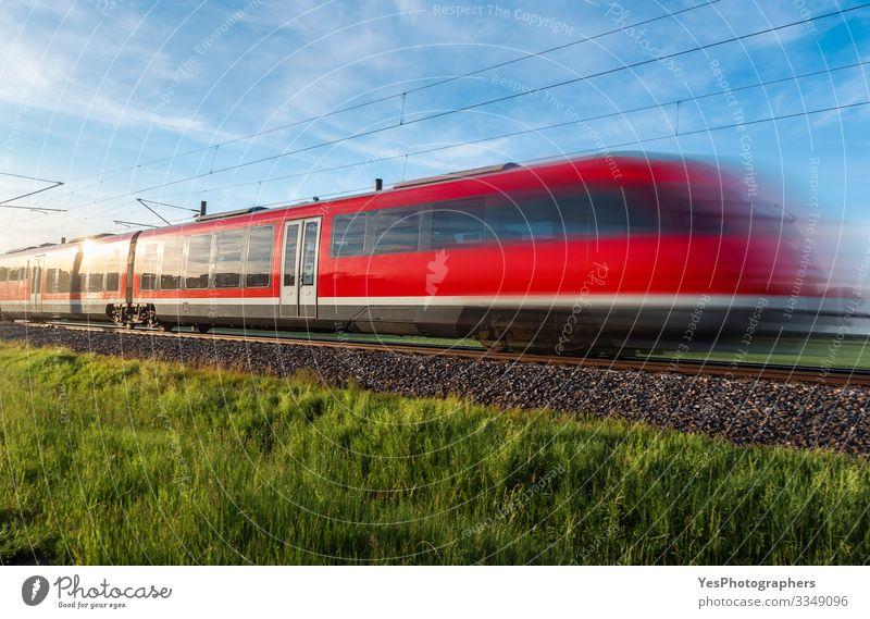 Ein deutscher Hochgeschwindigkeitszug fährt durch die Natur. Reisen im Sommer Ferien & Urlaub & Reisen Sonne Landschaft Schönes Wetter Gras Wiese Verkehr