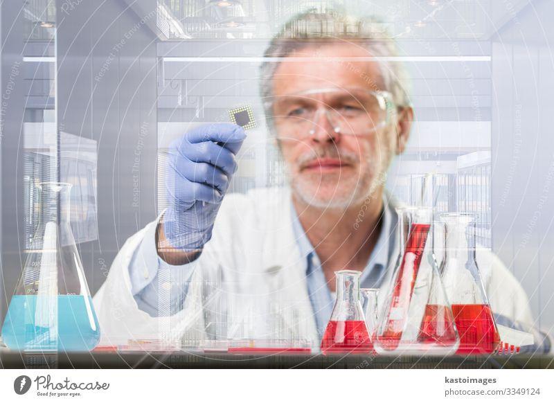 Senior Research forscht in einem modernen wissenschaftlichen Labor. Gesundheitswesen Medikament Leben Wissenschaften Prüfung & Examen Arbeit & Erwerbstätigkeit