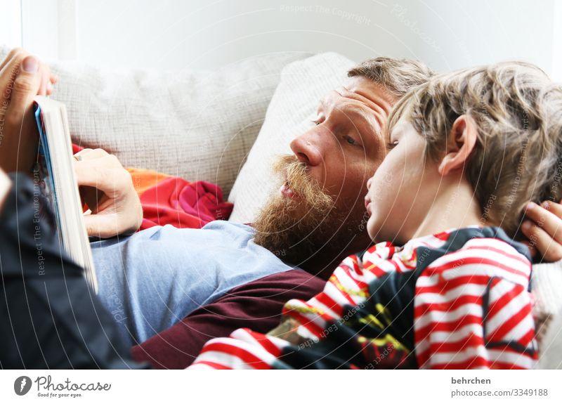 zeit zum lesen | corona thoughts Porträt Kontrast Licht Tag Detailaufnahme Nahaufnahme Innenaufnahme Farbfoto Sohn vorlesen Interesse Neugier Liebe