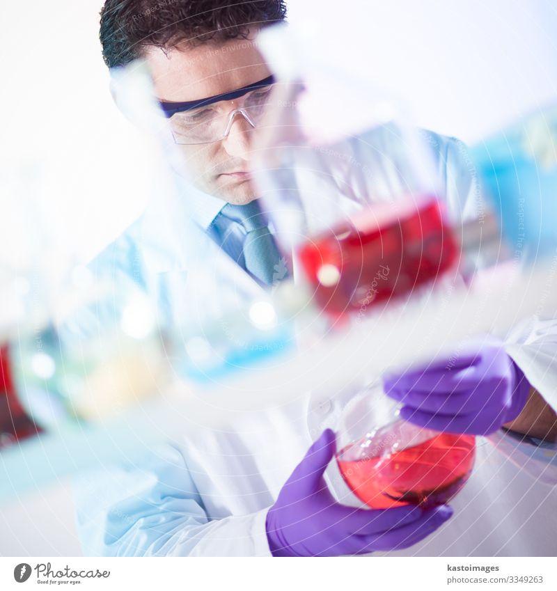 Chemiker auf der Suche nach der richtigen Lösung. Flasche Medikament Wissenschaften Labor Prüfung & Examen Arbeit & Erwerbstätigkeit Arzt Krankenhaus