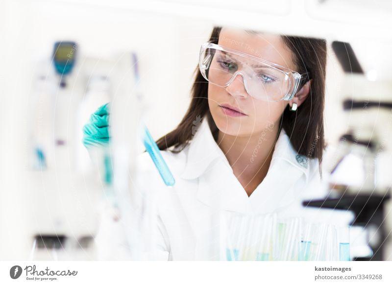 Junger Chemiker im Labor. Gesundheitswesen Medikament Wissenschaften Prüfung & Examen Arbeit & Erwerbstätigkeit Arzt Krankenhaus Technik & Technologie Mensch