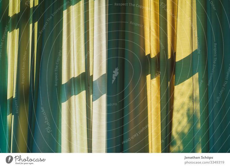 Vorhang mit Schatten vom Fenster Gardine grün gelb Fensterkreuz schattenspiel muster hintergrund falten sonnenlicht sonnenschutz warm sommer Licht Innenaufnahme
