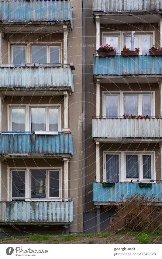 Plattenweise DDR Neubau Neubaublock sozialer Wohnungsbau Balkon Ostdeutschland ostdeutsch Kleinstadt Penzlin Mecklenburg Wohnblock Fassade Haus Hochhaus wohnen