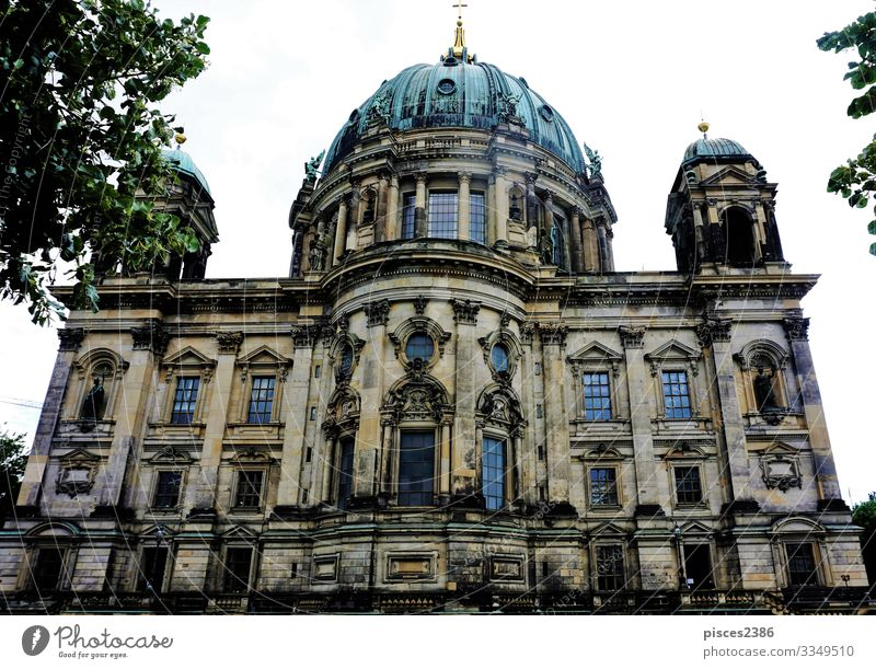 The Berlin cathedral behind trees Design Ferien & Urlaub & Reisen Museum Stadtzentrum Dom Religion & Glaube ancient architecture attraction building capital