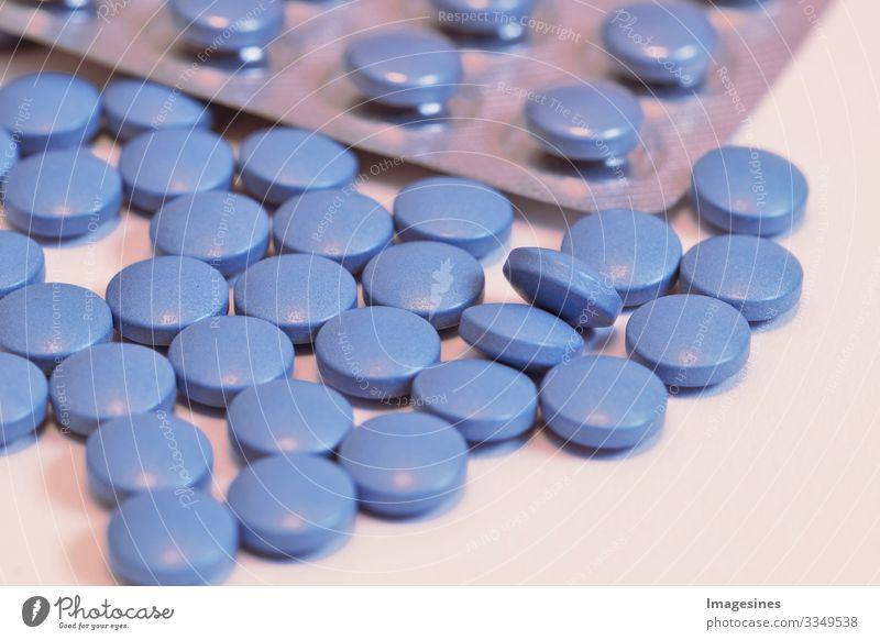 Blaue Pillen, Blaue Medizinpillen und Blisterpackung. blaue Tabletten der Medizin, geringe Schärfentiefe. Medizin Konzept der Medikamente für Magen, Erektion, Schlaf, Verdauung, Medikamente