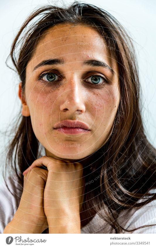 Schönheitsaufnahme einer jungen indischen Frau schön Gesicht Erwachsene Jugendliche Jugendkultur selbstbewußt geduldig Selbstbeherrschung Mädchen Inder