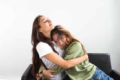 Freundinnen in glücklicher Umarmung Freude Glück Frau Erwachsene Freundschaft Jugendliche Jugendkultur Lächeln Liebe sitzen Umarmen Fröhlichkeit Mädchen