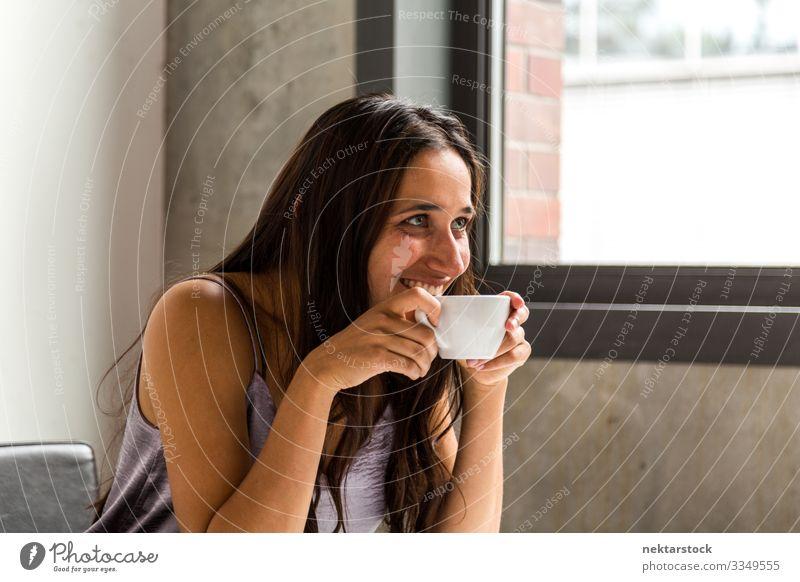 Junge Frau macht eine Kaffeepause Tee Arbeit & Erwerbstätigkeit Beruf Arbeitsplatz Büro Erwachsene Jugendliche Lächeln sitzen Mädchen natürliche Beleuchtung