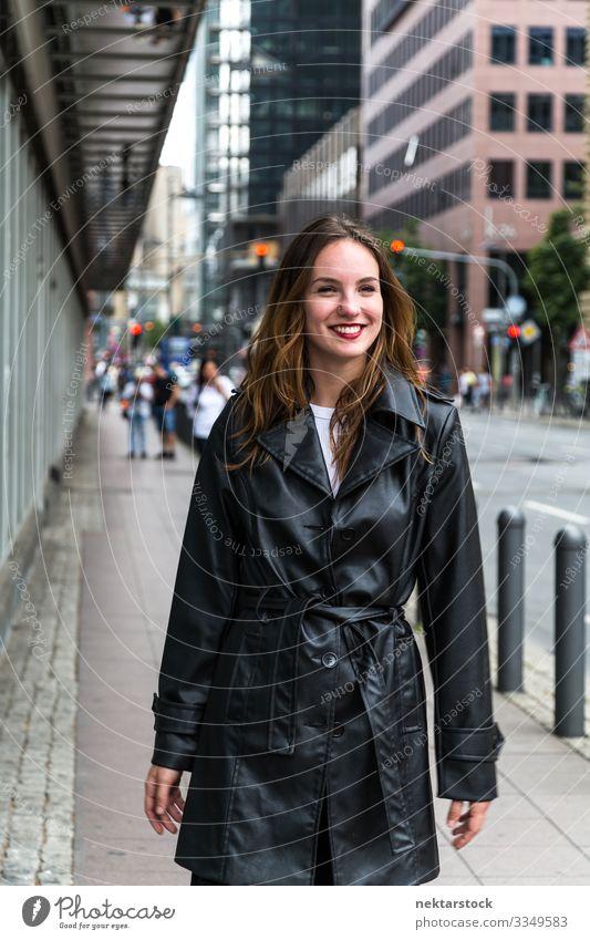 Attraktive junge Frau in schwarzem Trenchcoat Lifestyle Stil Lippenstift Erwachsene Jugendliche Jugendkultur Mode Bekleidung Sammlung Lächeln rot weiß Frühling