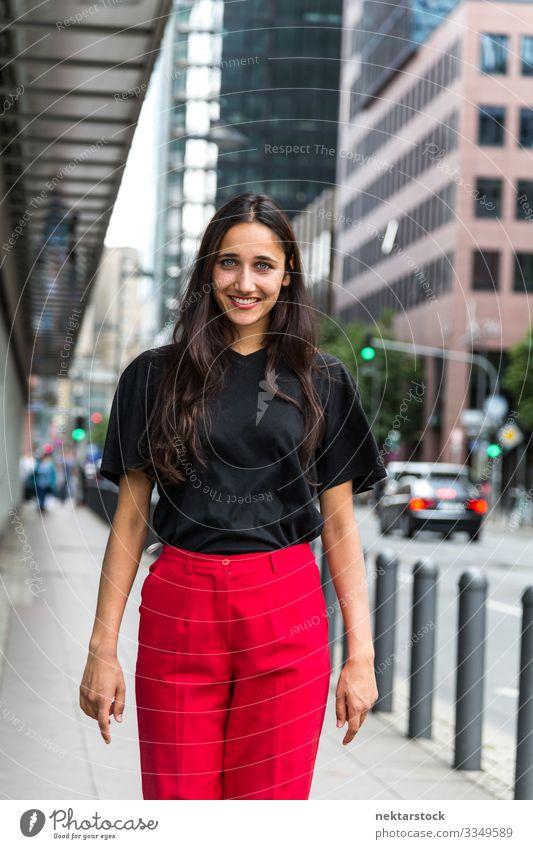 Junge Frau geht auf dem Bürgersteig und lächelt Jugendliche Erwachsene Jugendkultur Lächeln laufen Großstadt Zahnfarbenes Lächeln urban Mädchen Offener Mund