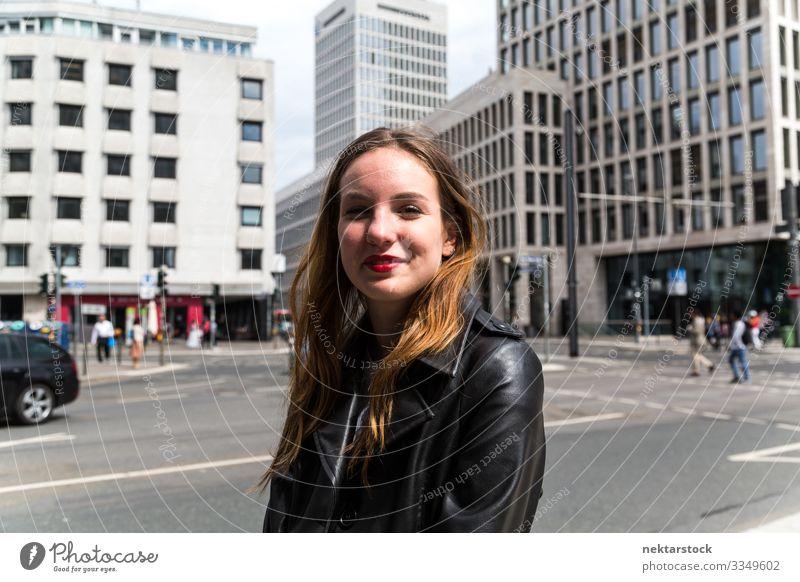 Porträt einer jungen Frau im Ledermantel mit städtischem Hintergrund Lifestyle Glück schön Gesicht Schminke Lippenstift Erwachsene Jugendliche Gebäude Straße