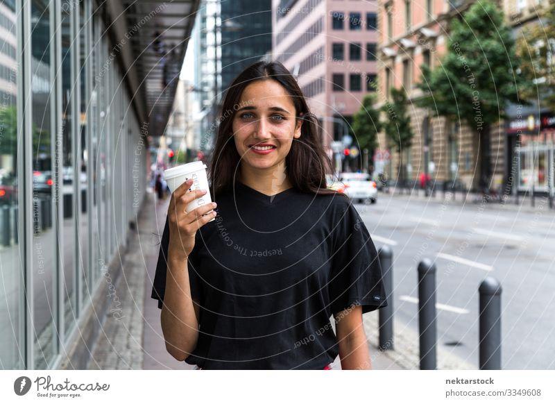 Junge Frau steht auf dem Bürgersteig und hält Papier Kaffeebecher Lifestyle schön Erwachsene Jugendliche Straße Fröhlichkeit Gefühle Lebensfreude urban