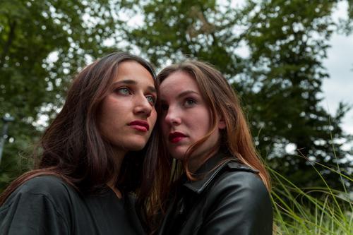 Zwei junge Frauen verschiedener Rassen stehen sich nahe schön Erwachsene Freundschaft Jugendliche Jugendkultur Natur Zusammensein einzigartig Kraft Idee Mädchen