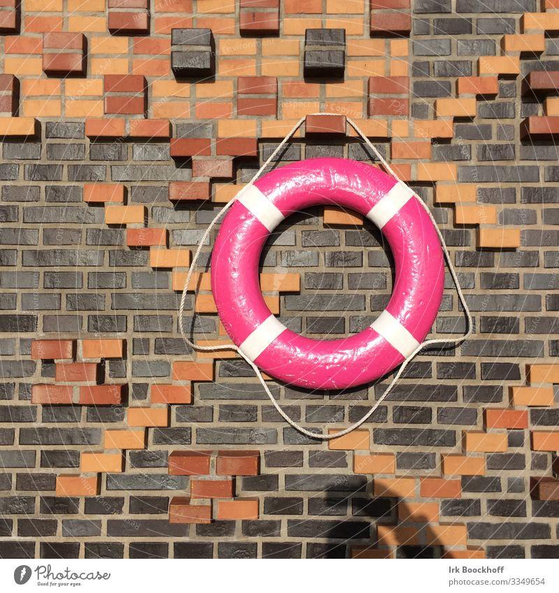 farbenfroher Rettungsring im Hamburger Hafen Ausflug Hafenstadt Menschenleer Bauwerk Mauer Wand Zeichen hängen maritim rosa Vertrauen Sicherheit Schutz