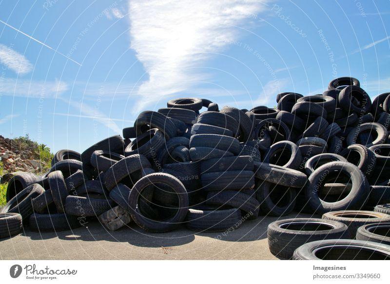 Müllkippe ein Haufen Reifen, gebrauchte alte Reifen, viele PKW- und LKW Reifen auf einer Mülldeponie. Ökologischer Hintergrund. Schrottplatz Deponie Hintergrund