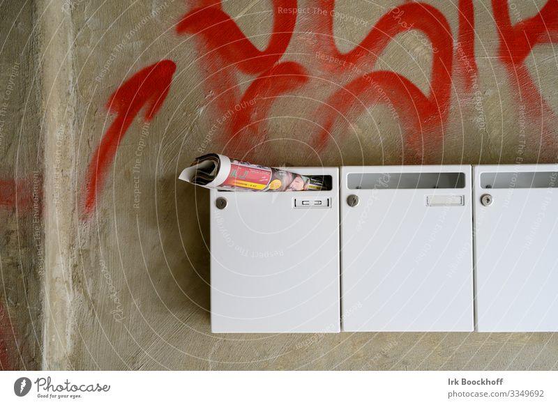 Briefkästen und Wand mit Graffiti Hochhaus Gebäude Mauer Briefkasten Beton Zeichen braun weiß Zerstörung Farbfoto Tag