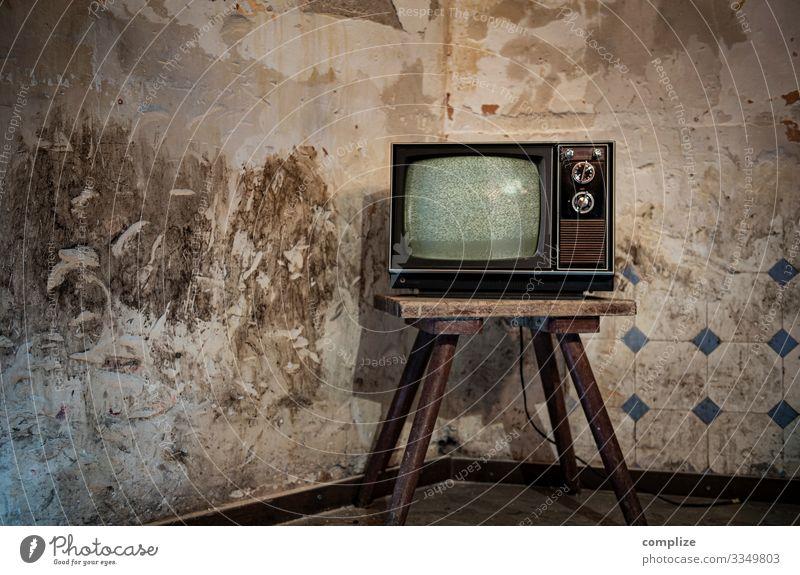 Vintage Home Television Lifestyle Innenarchitektur Wand Häusliches Leben Wohnung Raum retro Technik & Technologie kaputt Internet Umzug (Wohnungswechsel)
