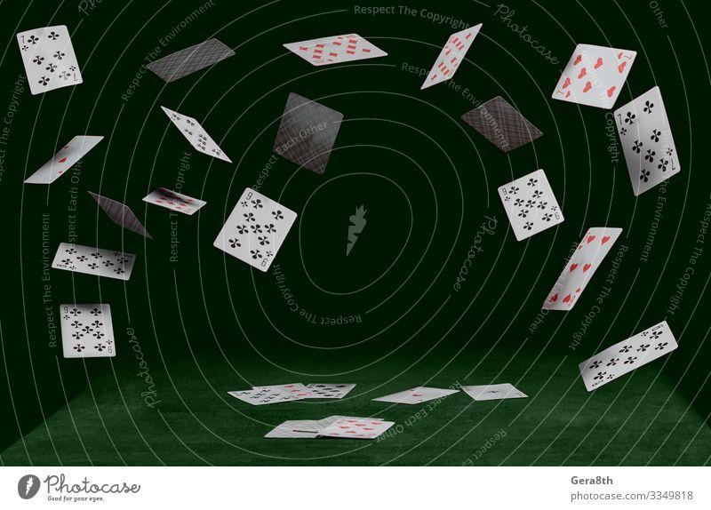 Spielkarten fallen auf einen grünen Tisch Spielen Glücksspiel Tier Anzug Haustier Katze Herz fliegen dunkel rot schwarz Clubs Händler Diamanten Spaten Trumpf