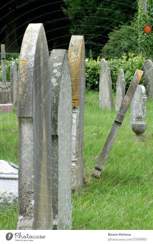 Englischer Friedhof mit Grabsteinen, die instabil sind und umzufallen drohen: Todesgefahr England wackelig umfallen erschlagen Abstand halten corona Schutz