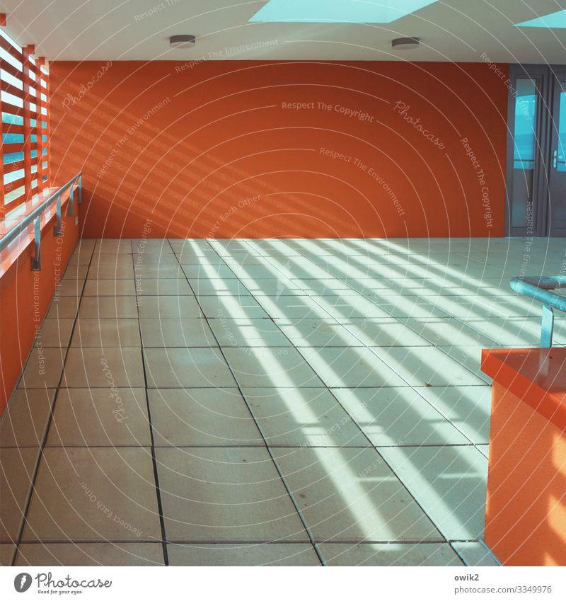 Aufgeräumt Aussichtsturm Mauer Wand Fenster Fliesen u. Kacheln Bodenbelag Stein Beton eckig modern blau rot Innenarchitektur Sachlichkeit unpersönlich streng