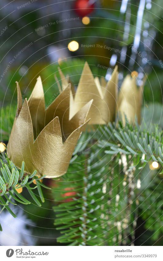 drei Kronen für die heiligen drei Könige auf dem Weihnachtsbaum | Dreiklang Weihnachten Heilige Drei Könige golden christian Christentum Glaube Religion