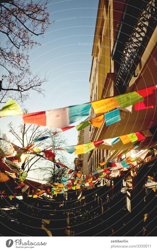 Gebetsfahnen Berlin dalai lama Fahne Gegenlicht Menschenleer Religion & Glaube Schöneberg Sonne Stadt Textfreiraum Tibet wehen Wind mehrfarbig