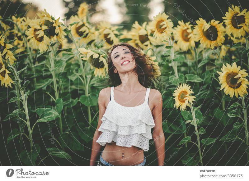 Junge Frau im Sonnenblumenfeld Lifestyle Freude schön Wellness Leben Ferien & Urlaub & Reisen Freiheit Sommer Sommerurlaub Mensch feminin Jugendliche Erwachsene