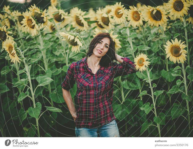 Junge Frau im Sonnenblumenfeld Lifestyle schön Wellness Leben Ferien & Urlaub & Reisen Freiheit Sommer Mensch feminin Jugendliche Erwachsene 1 30-45 Jahre