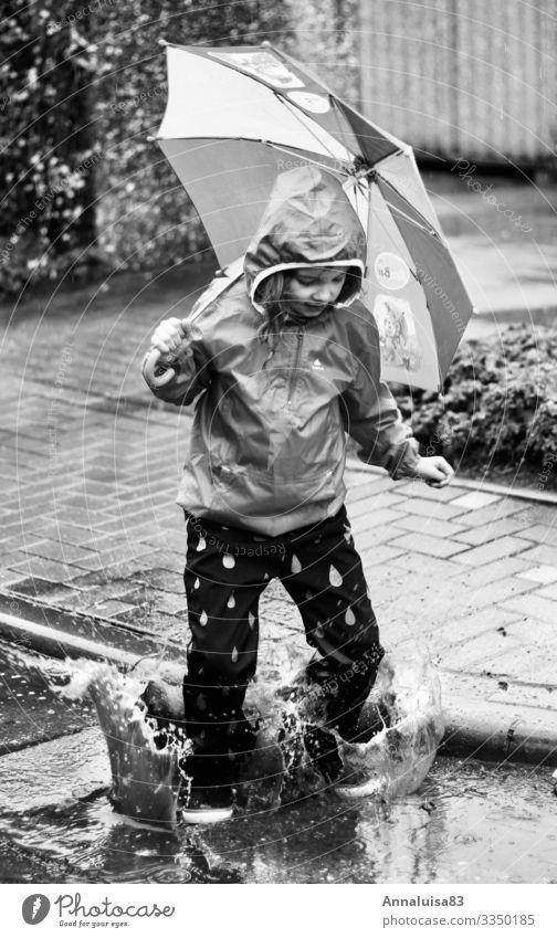 Spaß trotz Regen Freude feminin Kind Mädchen Körper 1 Mensch 3-8 Jahre Kindheit Urelemente Wasser Wassertropfen Schwimmen & Baden springen Tanzen dreckig