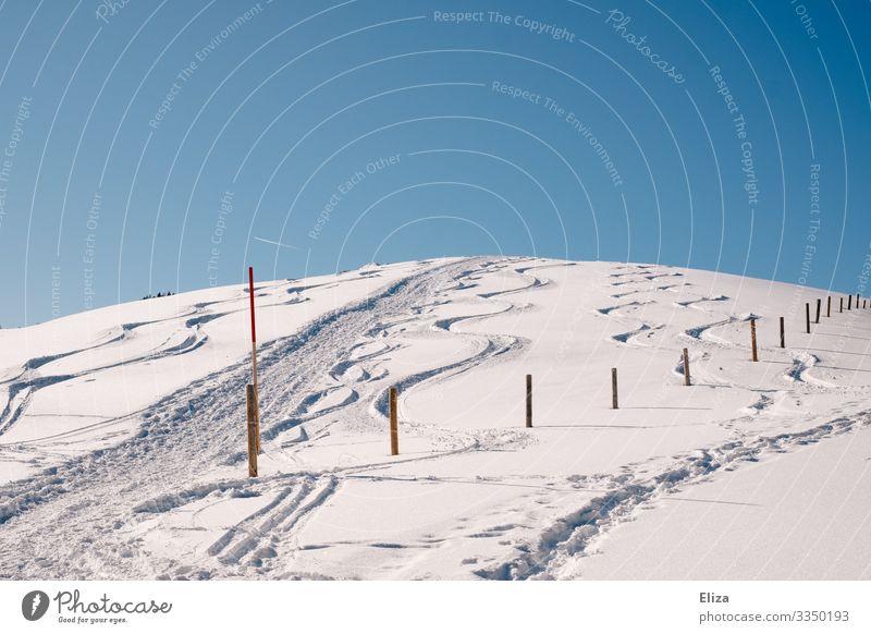Schneeberg Natur Himmel Wolkenloser Himmel Winter Hügel Berge u. Gebirge Schneebedeckte Gipfel kalt Piste Pfosten Steigung Schneelandschaft Spuren Farbfoto