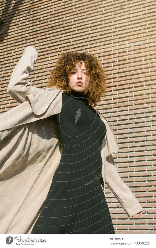 Porträt einer jungen Frau aus der Modebranche auf der Straße Lifestyle elegant Design Haare & Frisuren Modellbau Tourismus Mensch feminin Junge Frau Jugendliche