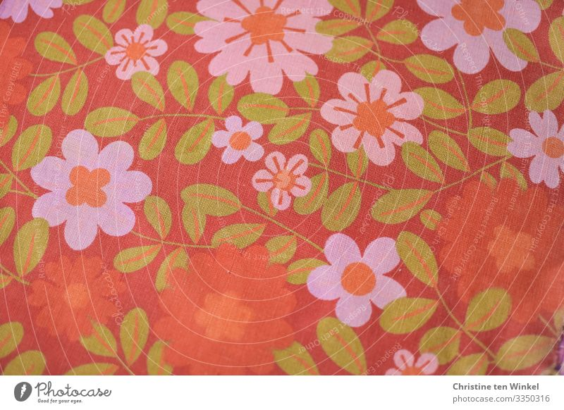 Stoff  / Dekostoff /Baumwollstoff mit Blüten in orange, pink und grün. 70er Jahre Baumwolle Zeichen Blumenmuster authentisch Freundlichkeit Fröhlichkeit trendy