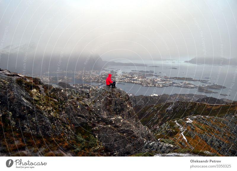 Der Wanderer mit seinen eigenen Gedanken auf dem Gipfel des Berges Ferien & Urlaub & Reisen Tourismus Abenteuer Berge u. Gebirge wandern Natur Landschaft Felsen