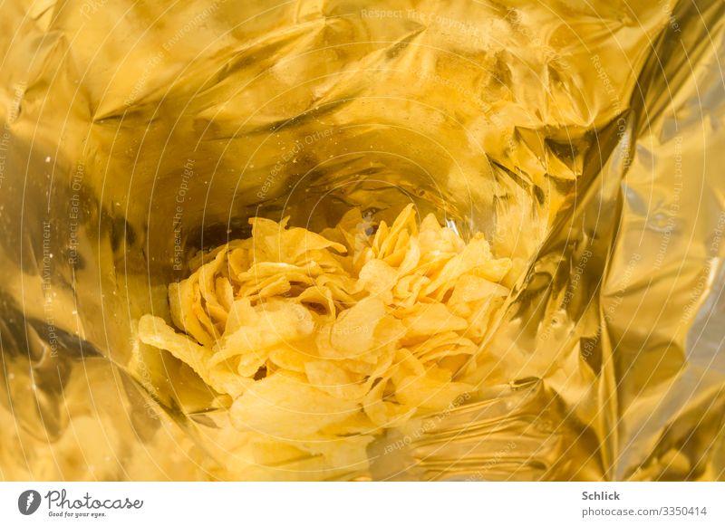 junk food Kartoffelchips Fett Ernährung Fastfood Verpackung Tüte Gesundheit Metall Kunststoff gelb silber Einblick Reflexion & Spiegelung Öl Sonnenblumenöl