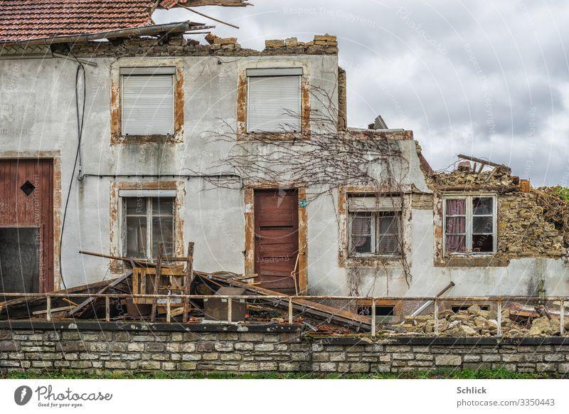 Bauernhaus Lothringen Ruine Dorf Haus Gebäude Architektur Fassade Fenster Tür Tor Scheunentor alt Verfall Vergänglichkeit Zerstörung Himmel Wolken bedeckt