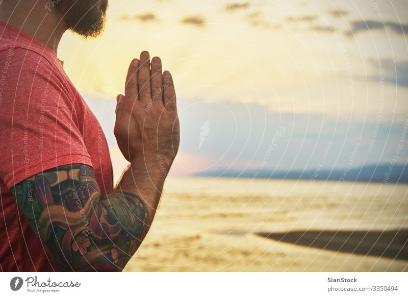 Mann übt Yoga in verschiedenen Posen (Asana) am Meer Lifestyle schön Körper Wellness stimmig Erholung Meditation Sommer Strand Sport Mensch Frau Erwachsene