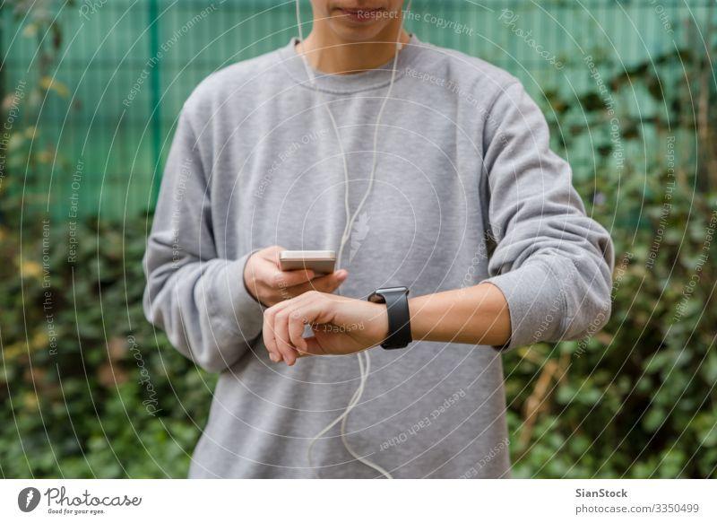 Junge Frau benutzt tragbare Technik beim Fitnesstraining Lifestyle Uhr Sport Joggen Telefon PDA Bildschirm Technik & Technologie Erwachsene Mann Hand beobachten