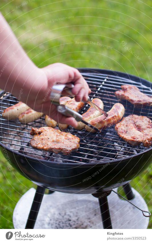 am Grill Fleisch Wurstwaren Ernährung Picknick Bratwurst Steak Schweinefleisch Schweinefilet Rindfleisch Camping Sommer Garten Arme Hand Metall genießen Grillen